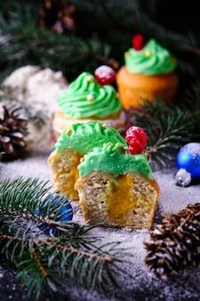 Metà di muffin natalizi ripieni di mandarino curdo in una foresta festosa e innevata. dessert per capodanno e festa di natale.