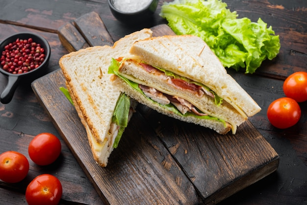 Metà di club sandwich freschi, su un vecchio tavolo di legno