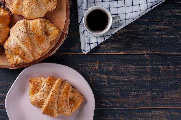 Croissant ripieno di prosciutto e formaggio. vista dall'alto, copia dello spazio