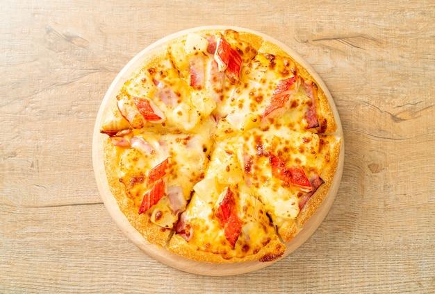Pizza prosciutto e bastoncini di granchio o pizza hawaiana