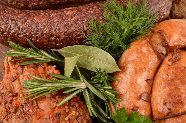 Primo piano della salsiccia e del prosciutto