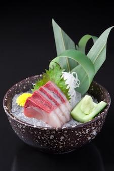 Hamachi sashimi nella ciotola