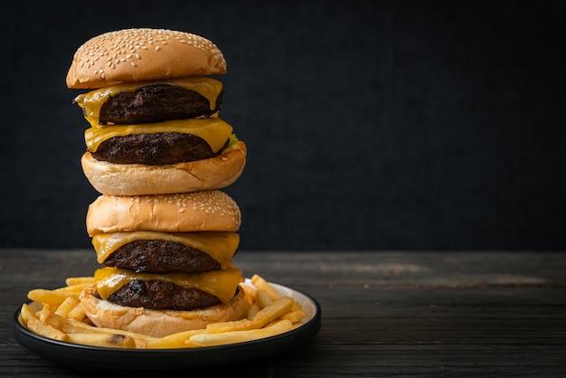 Hamburger o hamburger di manzo con formaggio - stile alimentare malsano