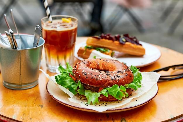 Hamburger sotto forma di dout sandwiches caffè un sacco di cibo su un tavolo di legno