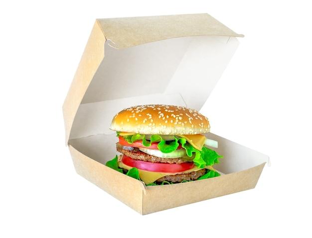 Hamburger nel pacchetto isolato su sfondo bianco. doppio grande hamburger succoso in scatola di cartone
