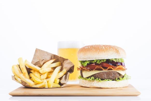 Hamburger con patatine fritte e birra, isolato su bianco
