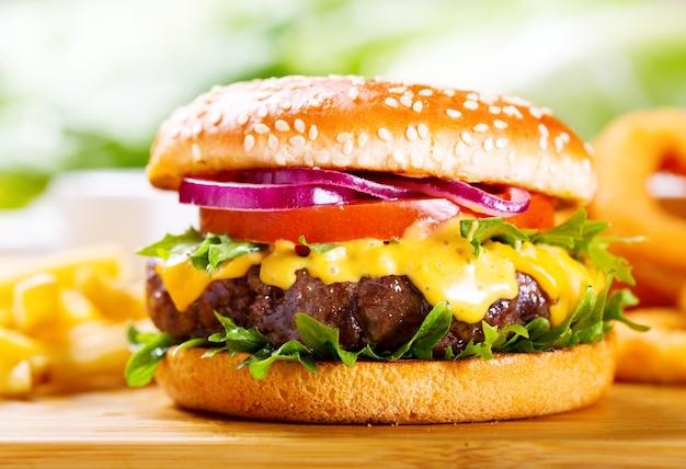 Hamburger con patatine fritte sulla tavola di legno