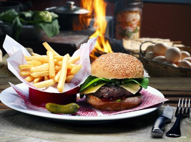 Hamburger con patatine