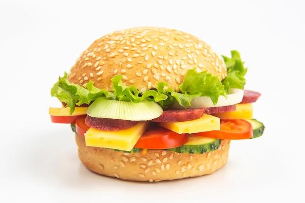 Hamburger con verdure e salsiccia su un bianco