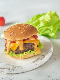 Hamburger sulla tavola di legno