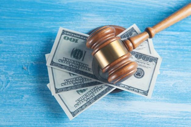 Sotto il martello delle banconote del giudice