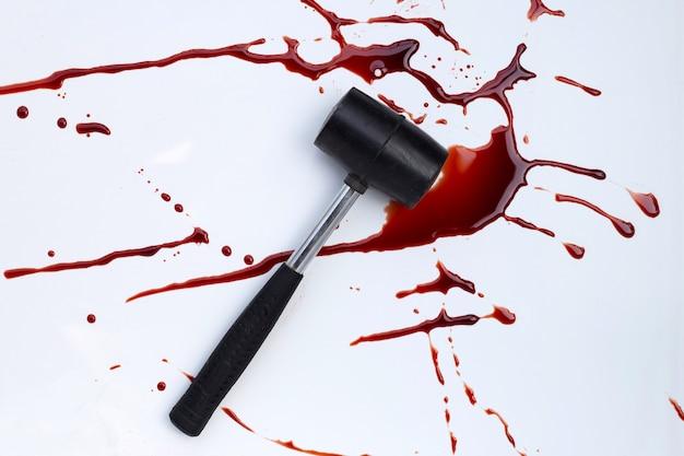 Martello con sangue su sfondo bianco.