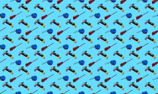 Martelli, cacciaviti e metro a nastro su sfondo blu, motivo, ombre dure. strumenti di costruzione, riparazioni. sfondo per il design.