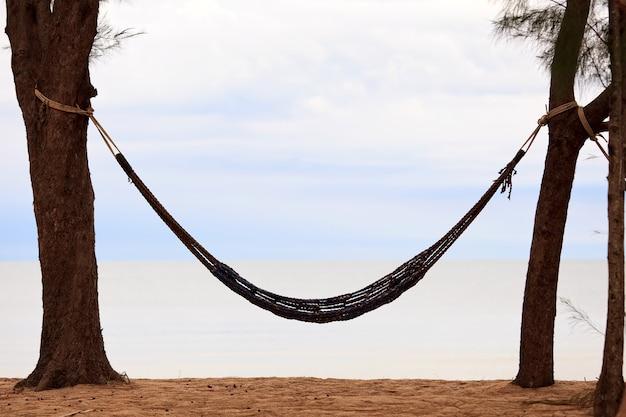 Amaca sulla spiaggia e cielo sullo sfondo