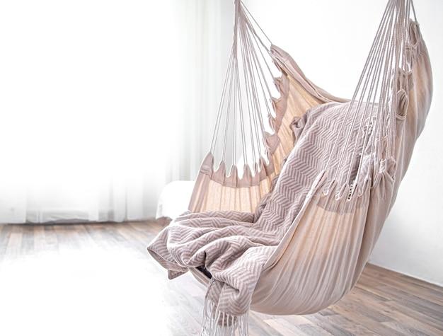 Sedia amaca pende nella stanza. luogo accogliente per rilassarsi a casa.