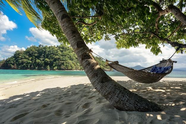 L'amaca sull'isola paradisiaca sullo sfondo del mare nelle filippine