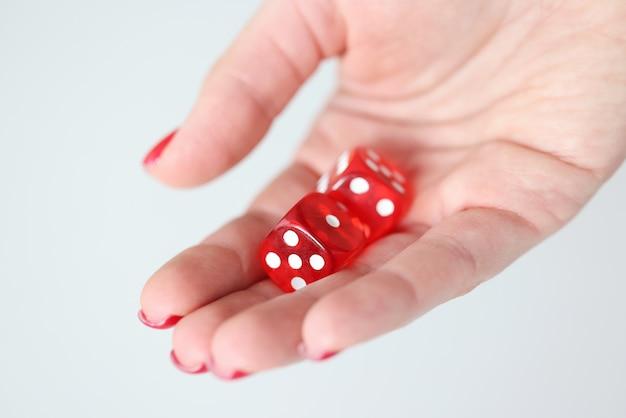 A portata di mano ci sono dadi rossi con segni bianchi. concetto di gioco d'azzardo