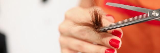 La mano del parrucchiere aster tiene le doppie punte e le forbici