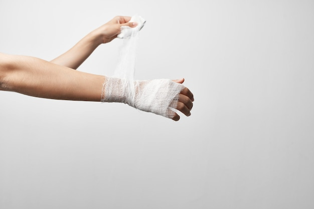 Trattamento dei problemi di salute del bendaggio della mano. foto di alta qualità