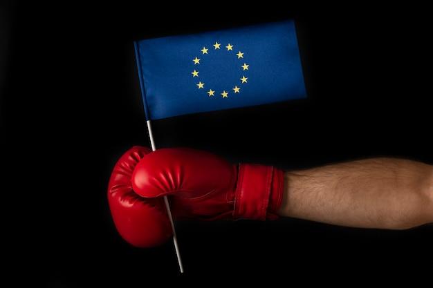 La mano nel guantone da boxe tiene la bandiera dell'ue