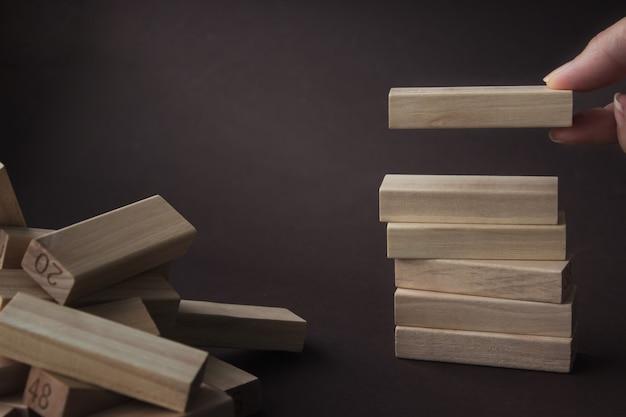 Blocco di legno costruito a mano nella torre, che simboleggia il successo della costruzione. concetto di avvio dell'organizzazione aziendale, concetto di social networking.