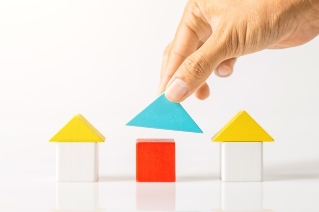 Casa costruzione a mano (immobiliare) con blocchi di legno