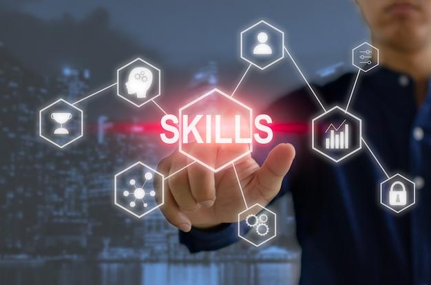 Schermo virtuale di tocco dell'uomo d'affari della mano. competenze per lo sviluppo personale e competenze aziendali idee di investimento finanziario