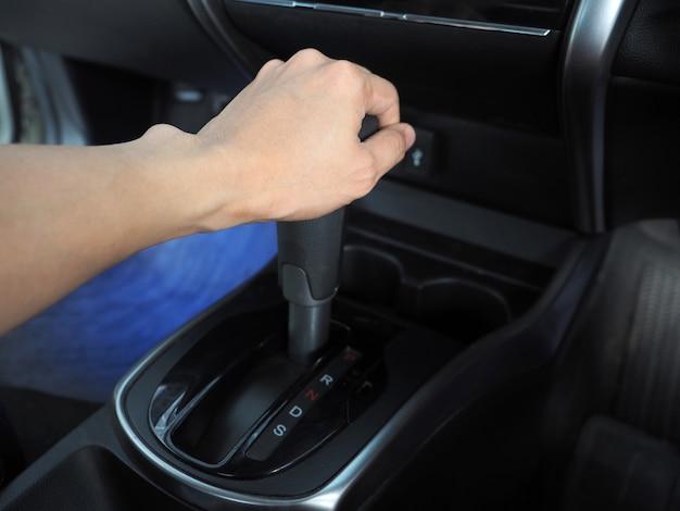 Cattura a mano all'ingranaggio automatico dell'auto all'interno dell'auto
