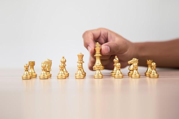 La mano sceglie il re degli scacchi.