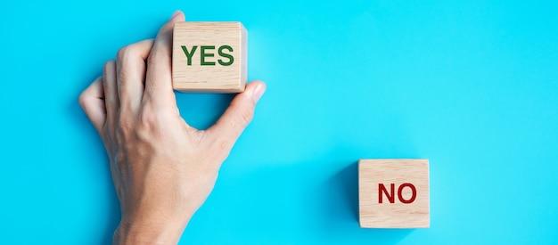 Mano scegliendo il blocco sì o no. risposta, domanda e concetto di decisione