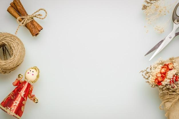 Confezione regalo fai-da-te artigianale e scena desktop ornamenti natalizi