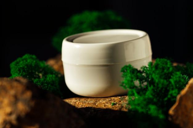 Crema per le mani su uno sfondo di pietra