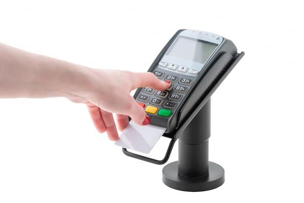 La mano compone il codice pin sul terminale di pagamento isolato su superficie bianca