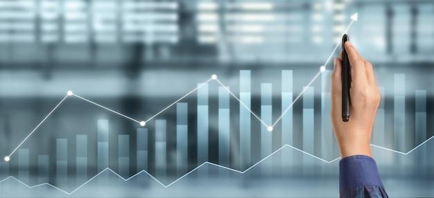 Grafico di tiraggio della mano, progresso del grafico di crescita del business che analizza i dati finanziari e di investimento, strategia di pianificazione aziendale