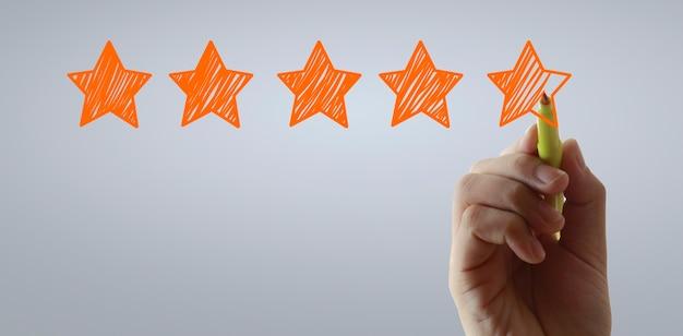 Mano disegnare cinque stelle valutazione valutazione e concetti di revisione