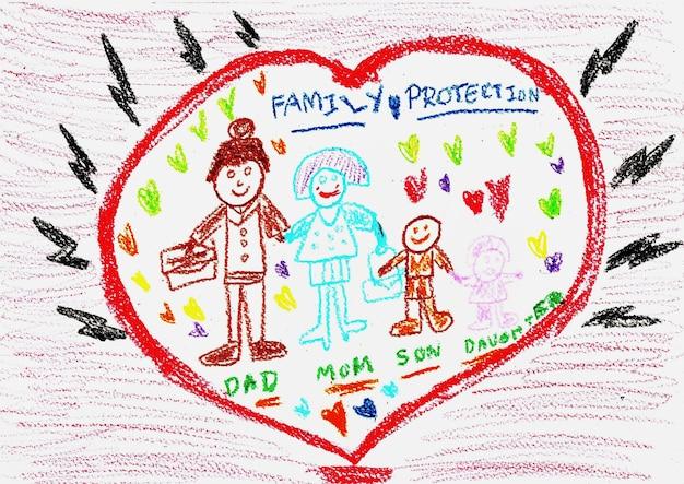 Disegno a mano della famiglia con pastelli colorati. in piedi nel grande cuore rosso. proteggere dai rischi esterni.