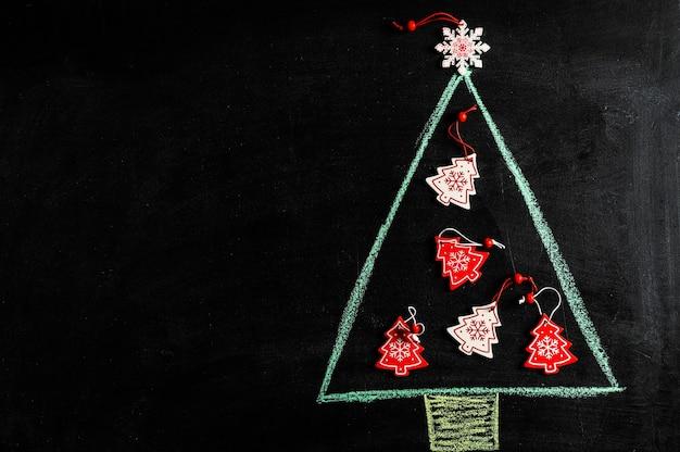 Albero di natale disegnato a mano sulla lavagna di gesso. biglietto di auguri di capodanno. flatlay di natale con copia spazio. disegno del nuovo anno. disegno di natale.