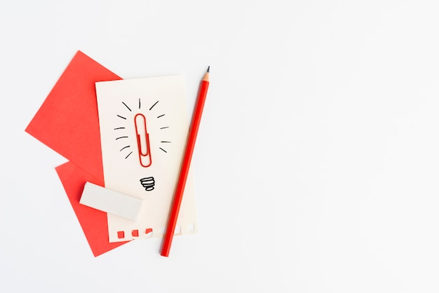 Idea creativa disegnata a mano segno fatto da graffetta su carta su sfondo bianco