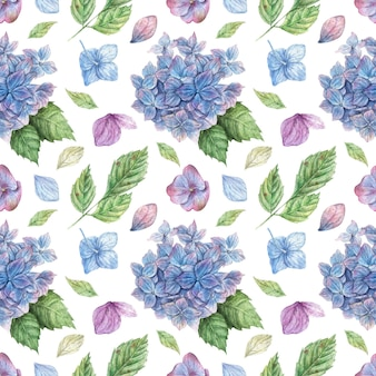 Modello senza cuciture floreale disegnato a mano con mazzi di ortensie blu e viola, petali blu e foglie verdi
