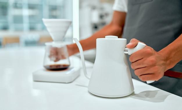 Caffè a goccia a mano, barista che fa caffè a goccia. barista che prepara il caffè, metodo versare sopra, gocciolare il caffè.