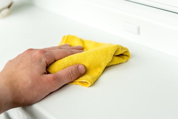 Spolverare a mano uno straccio per finestre per ridurre gli allergeni in casa.