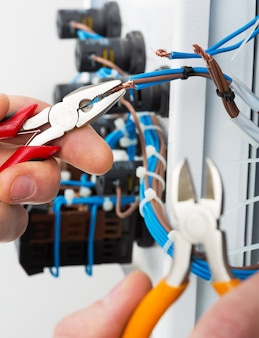 Mano di un elettricista