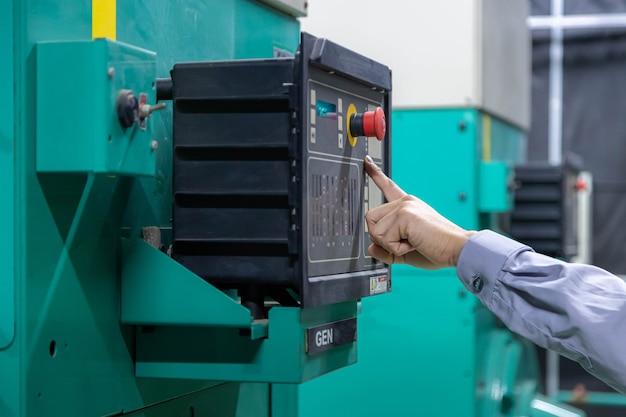 Ingegnere manuale che lavora sulla sala macchine, ispezionando il generatore.