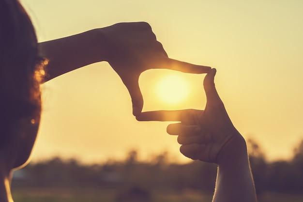 Inquadratura a mano vista lontana sul tramonto