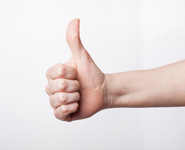 Gesto della mano cool, pollice in alto su uno sfondo bianco