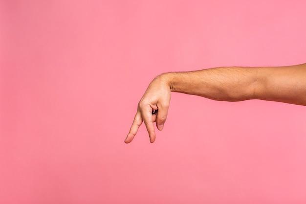 Uomo di gesti delle mani che punta all'oggetto virtuale con il dito indice