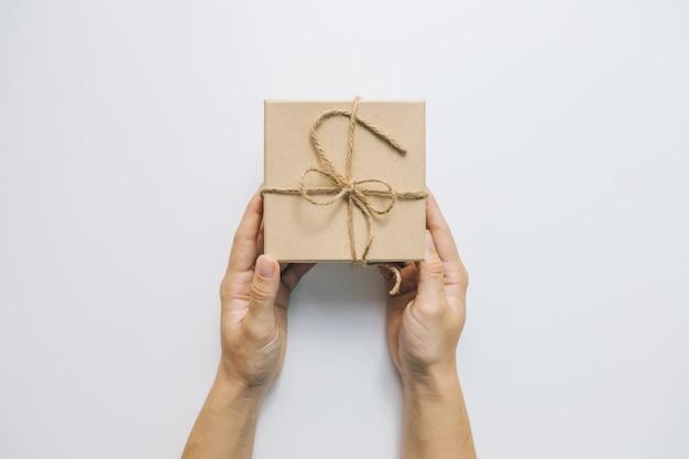 Mano che dà lo spazio della copia del concetto di celebrazione della scatola regalo decorata
