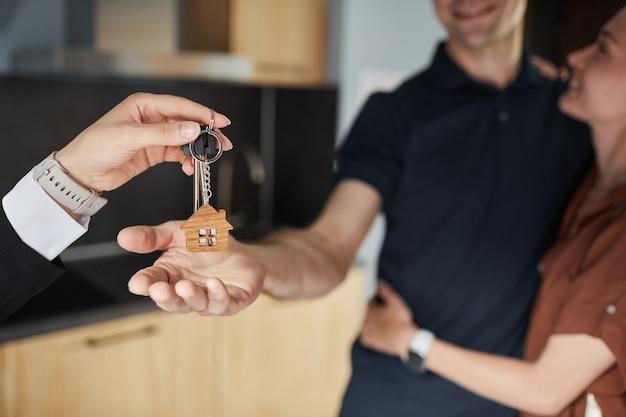 Mano che dà le chiavi alla nuova casa