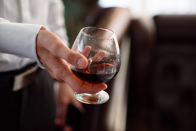 Mano, un bicchiere di cognac