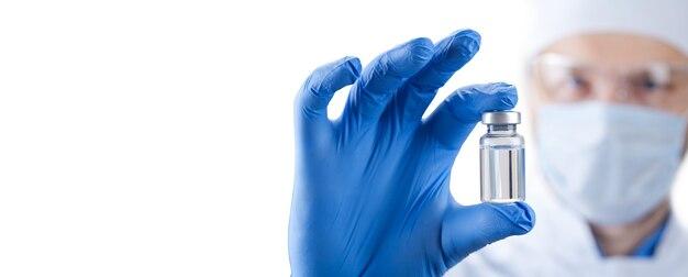 Tenere in mano una bottiglia con il vaccino contro il virus corona